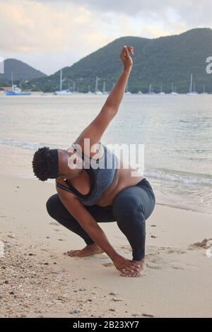 Donna grassa sulla spiaggia Foto stock - Alamy