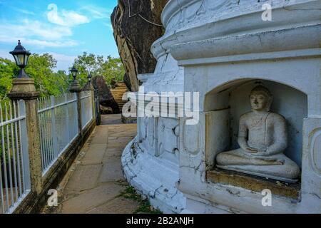 Anuradhapura, Sri Lanka - febbraio 2020: Statua del Buddha nello stupa nel tempio buddista di Isurumuniya Vihara il 6 febbraio 2020 ad Anuradhapura, Foto Stock