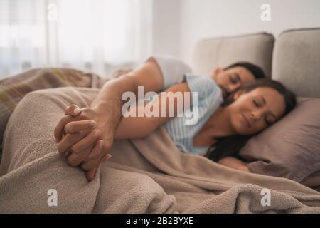 Coppia giovane sta dormendo nel loro letto. Foto Stock