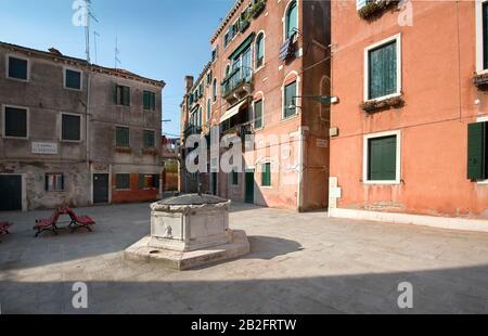 Piazza San Ternita a Venezia, Italia - tipico pozzo storico in loco senza turisti e abitanti Foto Stock