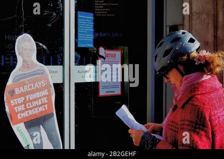Londra, Regno Unito. 3rd Mar, 2020. Diversi rami della Barclays Bank rimangono chiusi dopo la chiusura della colla Greenpeace porte anteriori. Polizia che sta valutando l'azione penale. Credito: Brian Minkoff/Alamy Live News Foto Stock