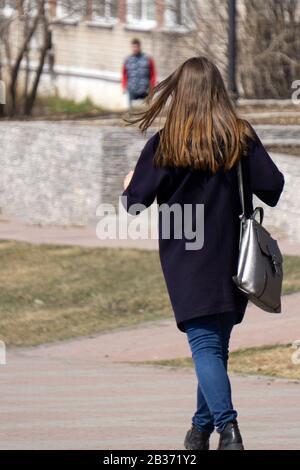 Modello di Bruna ragazza alla giacca di pelle poste sullo