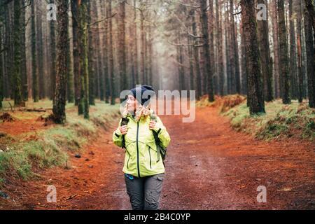 Bella giovane donna nel trekking stile di vita attivo con incredibile foresta intorno a lei - persone in attività di svago all'aperto - bel paesaggio con alberi alti per libertà di viaggio concetto