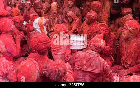 Nandgaon, Uttar Pradesh / India - Mar 05 2020: Uomini di Nandgaon siedono in un Samaaj o riunione della comunità durante il festival di Holi