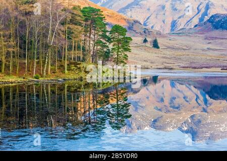 Blea Tarn in una tranquilla mattinata invernale vicino a Langdale nel Lake District National Park, Cumbria, Regno Unito Foto Stock
