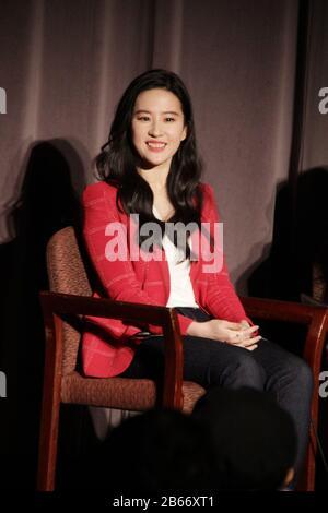 """Los Angeles, Stati Uniti. 07th Mar, 2020. Liu Yifei 03/07/2020 """"Mulan"""" Special Screening tenuto presso il Directors Guild of America Theatre di Los Angeles, California Credit: Cronos/Alamy Live News"""