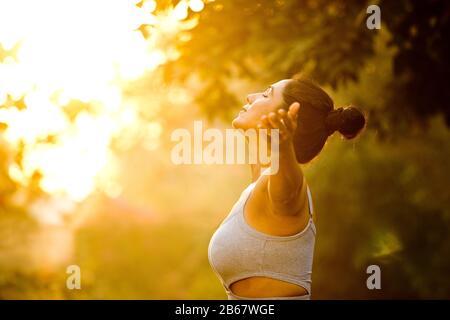 Bella donna che esercitano in posizione di parcheggio Foto Stock