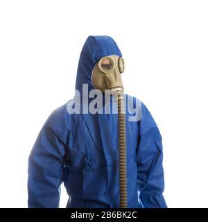 Uomo in tuta protettiva con maschera a gas isolata su bianco
