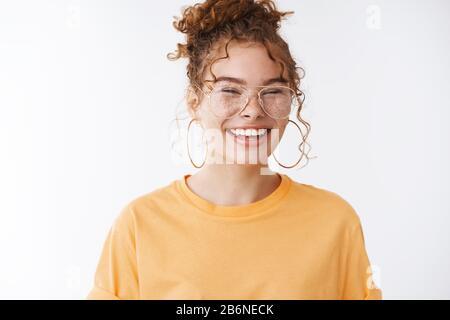 Gioioso divertente carismatico attraente ragazza di zenzero europeo fa sfrecci indossando occhiali ridendo felicemente avendo fantastico fantastico giorno positivo sentirsi fortunati Foto Stock