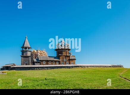 La vecchia Chiesa Ortodossa di legno Dell'Intercessione della Vergine Santa sull'isola di Kizhi, Karelia, Russia. La chiesa fu costruita nel centur 18th Foto Stock