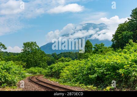 Linea ferroviaria principale di Hakodate a Città di Niseko in primavera giornata di sole con il Monte Yotei sullo sfondo. Sottoprefettura di Shiribeshi, Hokkaido, Giappone