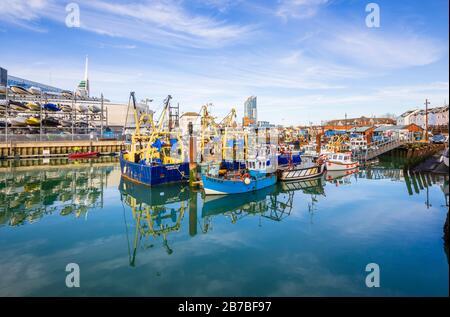 Barche ormeggiate a Camber Quay (Il Camber), l'antico porto di Old Portsmouth, Hampshire, costa meridionale dell'Inghilterra Foto Stock