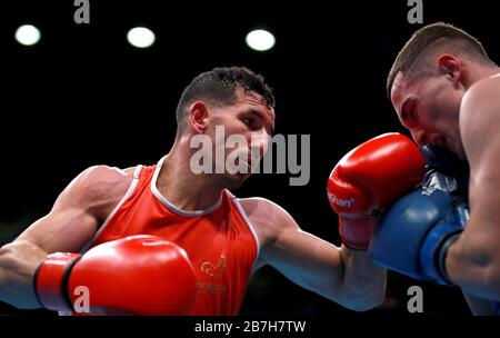 I francesi Wahid Hambli (a sinistra) e Patriot Behrami del Kosovo competono nelle eliminatorie del concorso uomo Welter durante il terzo giorno della Boxing Road a Tokyo 2020, evento olimpico di qualificazione alla Copper Box Arena di Londra.