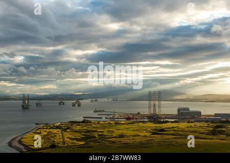 Cromarty Firth sulla costa orientale della Scozia da Nigg Hill. Mostra il cantiere di fabbricazione di Nigg e piattaforme petrolifere e del gas ancorate nel Firth