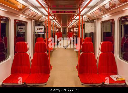 PRAGA-Marzo 18:treno vuoto della metropolitana di Praga durante l'ora di punta, l'impatto delle restrizioni di viaggio durante la pandemia di coronavirus il 18 marzo 2020 i