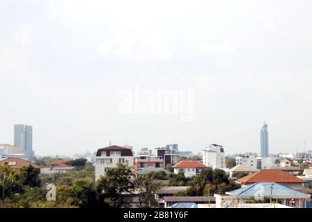 Immagine della città sfocata per il paesaggio di sfondo e l'albero in città, comunità di inquinamento urbano Foto Stock