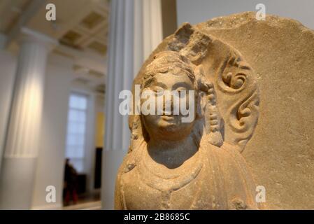 British Museum, Bloomsbury, Londra, Inghilterra, Regno Unito. Testa in pietra di Bodhidattva Manjushri - esempio buddista di saggezza. 1100-1200AD, Baoding, Hebei.