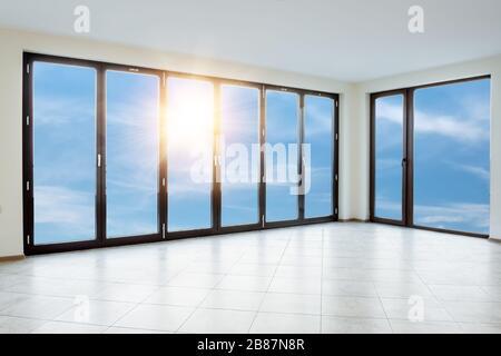 Camera bianca vuota con finestre