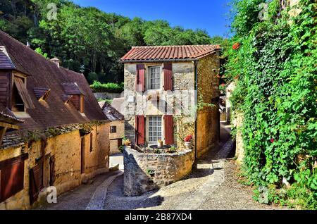 Angolo pittoresco del bellissimo villaggio della Dordogna di Beynac, Francia