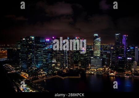 Singapore, 7 gennaio 2019 - lo skyline di Singapore di notte Foto Stock