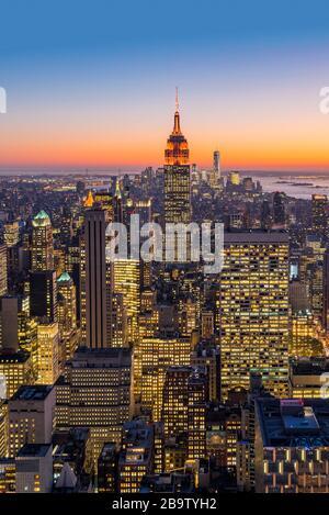 Skyline di Midtown Manhattan con Empire state Building al crepuscolo, New York, USA