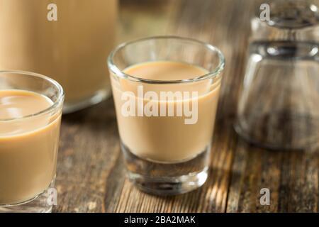 Liquore alla crema irlandese dolce fatto in casa in un bicchiere
