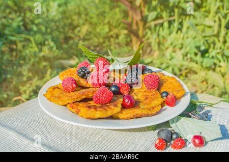 Frittelle di cagliata con lamponi, more, ribes, ciliegie e fragole Foto Stock