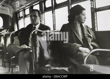 Sig.ra Rosa Parks, 43, in una sede anteriore di un Montgomery, Alabama, autobus il 21 dicembre 1956. Fu più di un anno prima che l'attivista afro-americano NAACP accendiò il Montgomery Bus Boycott il 1 dicembre 1955, rifiutandosi di dare il suo posto nella sezione Negro dell'autobus, a passeggeri bianchi in piedi (BSLOC 2020 2 86)
