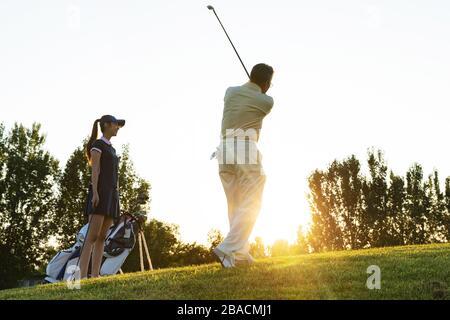 Le giovani donne e gli anziani per giocare a golf