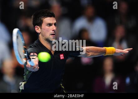 Novak Djokovic serbo in azione contro Roger Federer della Svizzera