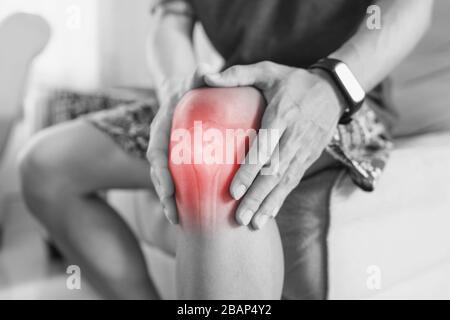 Il dolore alle articolazioni, artrite e tendine problemi. un uomo di toccare nee al punto di dolore