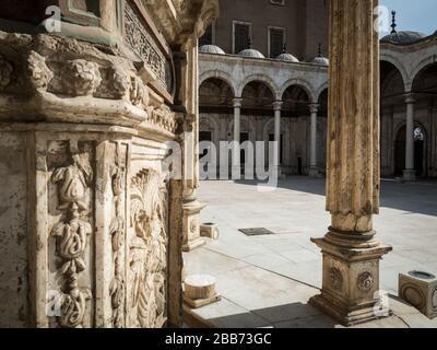 Cairo, Egitto, febbraio 2020, la bella fontana decorata all'interno della Moschea Muhammad Ali nella cittadella del Cairo
