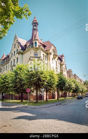 Facciata di un edificio di appartamenti in stile liberty all'angolo tra le vie Alberta e Strelnieku a riga, capitale della Lettonia Foto Stock