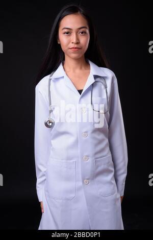 Ritratto di giovane bella donna asiatica dottore