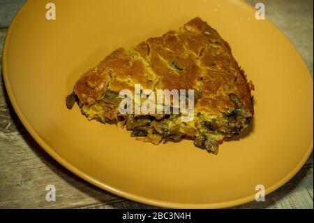 Torta con cavolo e funghi su sfondo di legno. Foto Stock