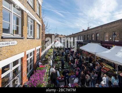 Una vista elevata del mercato dei fiori di Columbia Road nel giorno del mercato pieno di bancarelle e acquirenti di piante Foto Stock