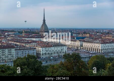 Vista di Torino e la Mole Antonelliana da Santa Maria del Monte dei Cappuccini al crepuscolo, Torino, Piemonte, Italia, Europa