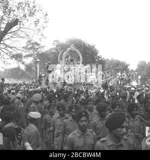 'Inglese: Il veicolo, con le ceneri sacre del Mahatma Gandhi, si sposta in processione al Triveni Sangam. Pandit Govind Vallabh Pant, Pyarelal e Sardar Valla bhbhai Patel sono visti di fronte alla carrozza. Il Sig. Rafi Ahmed Kidwai e il Sig. Ramdas Gandhi sono seduti sul lato destro della carrozza e Pandit Jawaharlal Nehru appare sul lato sinistro.; 7 Giugno 2004, 15:08:10; http://photodivision.gov.in/IntroPhotodetails.asp?thisPage=1482; Photo Division, Ministry of Information & Broadcasting, Government of India; ' Foto Stock