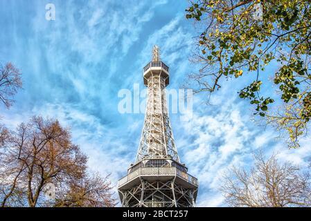 Praga, Repubblica Ceca - 26 OTTOBRE 2019: La famosa torre Petrin Lookout a Praga assomiglia alla Torre Eiffel
