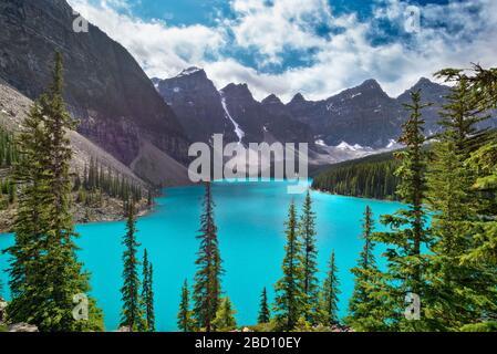 Lago Moraine vicino al villaggio Lake Louise nel Parco Nazionale di Banff, Alberta, Montagne Rocciose, Canada. Vista dal sentiero del mucchio di dondolio