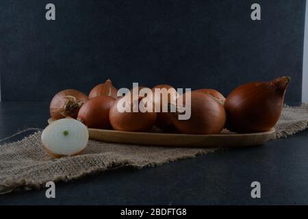 Un gruppo di cipolle su sfondo scuro