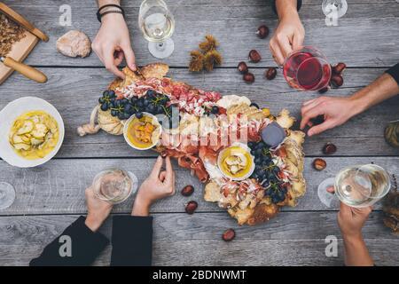 Cena rustica tradizionale in Alto Adige con gli amici Foto Stock