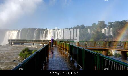 Turista sulla passerella a Devils Throat cascata a Iguacu cascate, Brasile