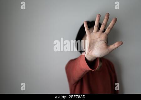 Giovane donna che mostra la sua negazione con NO sulla sua mano