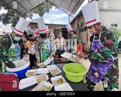 Makassar, Indonesia. 16 Apr 2020. L'esercito indonesiano e i poliziotti che indossano maschere facciali preparano il cibo per i pazienti del COVID-19 a Makassar, Sulawesi meridionale, Indonesia, 16 aprile 2020. Il governo indonesiano ha segnalato 380 nuovi casi confermati di COVID-19 giovedì, portando il numero totale di infezioni nel paese arcipelagico a 5,516. Credit: M. Firmansyah/Xinhua/Alamy Live News
