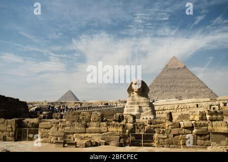 La Sfinge e le grandi piramidi del complesso del Tempio di Giza vicino al Cairo, Egitto. Foto Stock