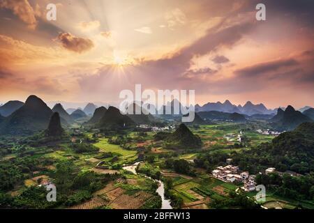 Paesaggio di montagne carsiche e il fiume Li al tramonto, Guilin, Cina