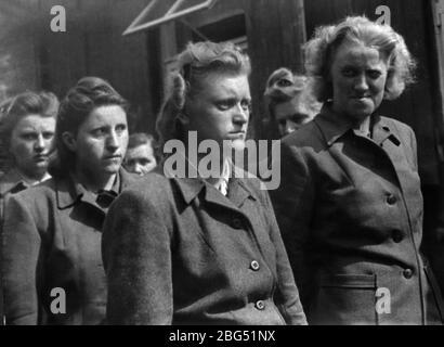 Documentario sulla seconda guerra mondiale. Guardie femminili del campo di concentramento di Bergen-Belsen subito dopo la loro cattura da parte dei soldati britannici nell'aprile 1945.