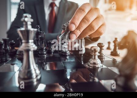 concetto di gioco da tavolo di scacchi per idee e concorrenza e strategia, concetto di successo aziendale.