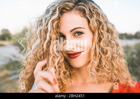 Ritratto di giovane donna bionda con labbra rosse Foto Stock